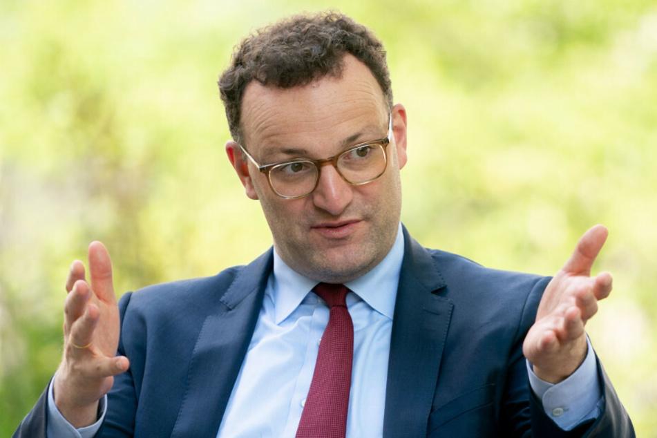 Bundesgesundheitsminister Jens Spahn (40, CDU) soll sich gemeinsam mit seinem Ehemann Daniel Funke (39) eine teure Villa im Grünen gekauft haben.