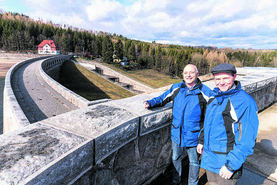 Informiert sich regelmäßig über die Wasserstände der Talsperren. Sachsens Umweltminister Wolfram Günther (47, Grüne). Hier mit dem Chef der Landestalsperrenverwaltung Heinz Gräfe (65).