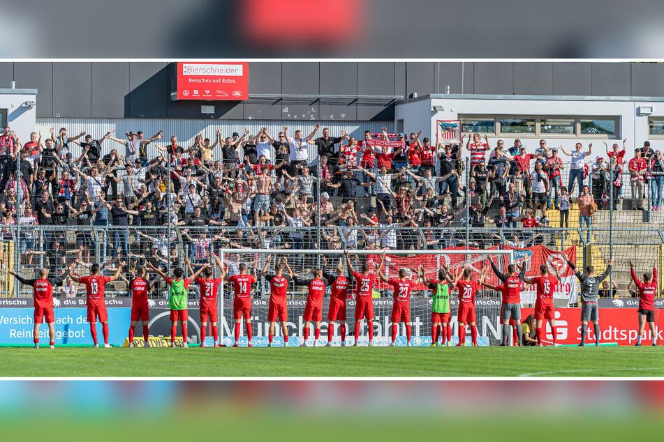 Glückliche Zwickauer: Die FSV-Kicker feierten in München mit ihren Fans.