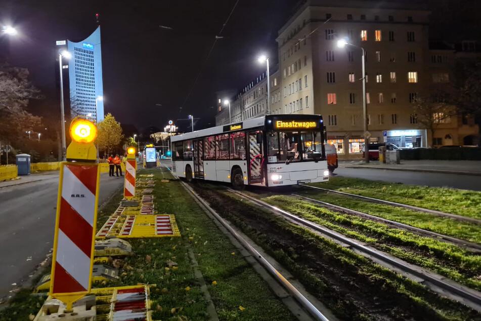 Abkürzung missglückt? Busfahrer fährt in Leipzig über Gleise und bleibt stecken!