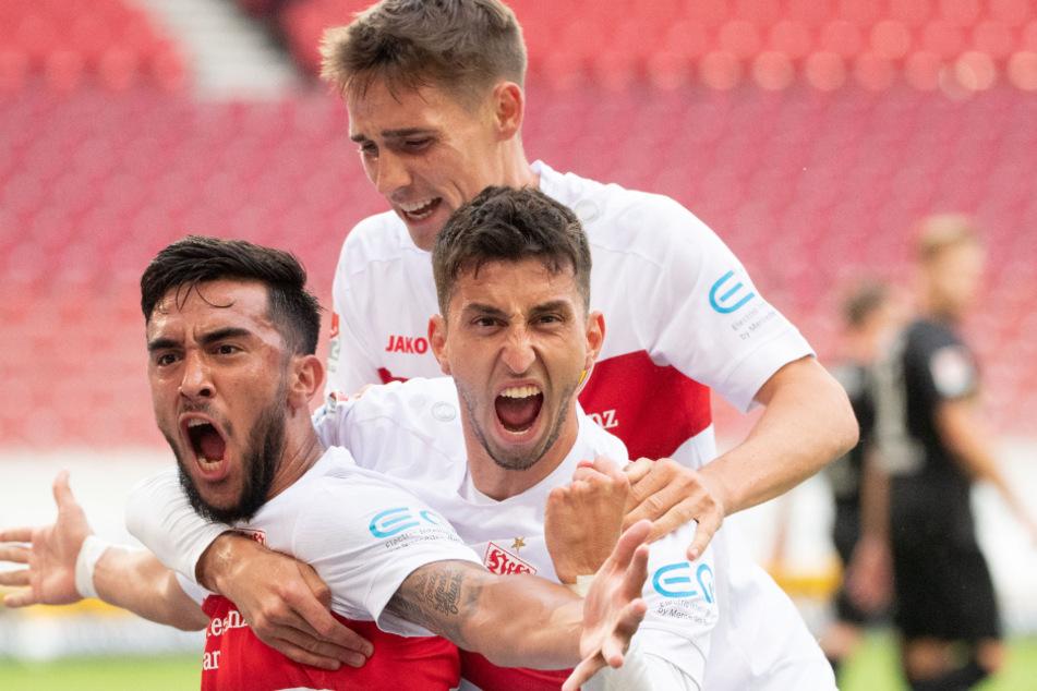 Stuttgarts Nicolas Gonzalez (l-r), Atakan Karazor und Philipp Klement jubeln nach dem Tor zum 1:0.