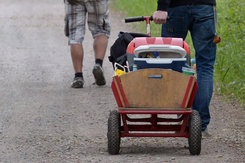 Je nach Inzidenzwert sind selbst Bollerwagen-Touren mit den Freunden nicht erlaubt - sofern man nicht ohnehin mit ihnen unter einem Dach wohnt. (Symbolfoto)