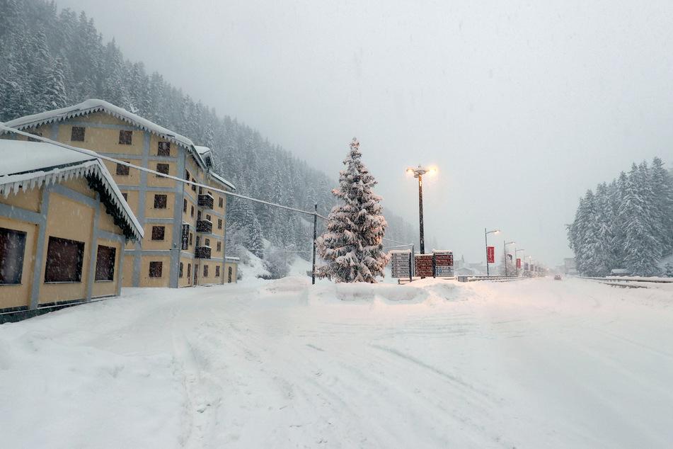 Das Dorf Santa Caterina ist schneebedeckt. Anhaltender Regen- und Schneefälle haben das Land heimgesucht.