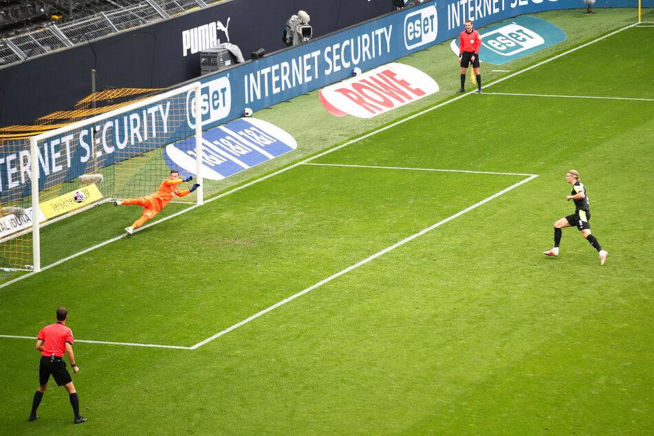 Erling Haaland (r.) eiskalt: Der norwegische Weltklasse-Stürmer beendete seine Serie ohne Tor und netzt hier vom Elfmeterpunkt sicher zum 2:1 für Borussia Dortmund ein.