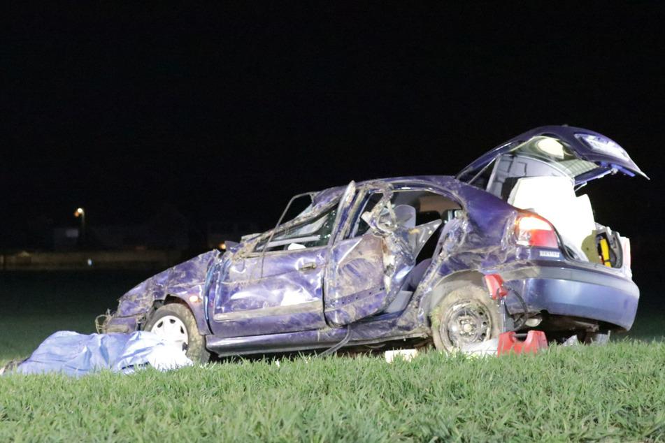 Tödlicher Unfall: Auto überschlägt sich mehrfach, Fahrer wird herausgeschleudert