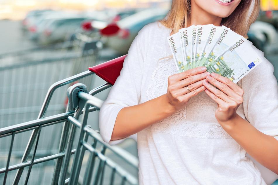 Frau findet dicken Batzen Geld auf Discounter-Parkplatz: Ihre Reaktion überrascht