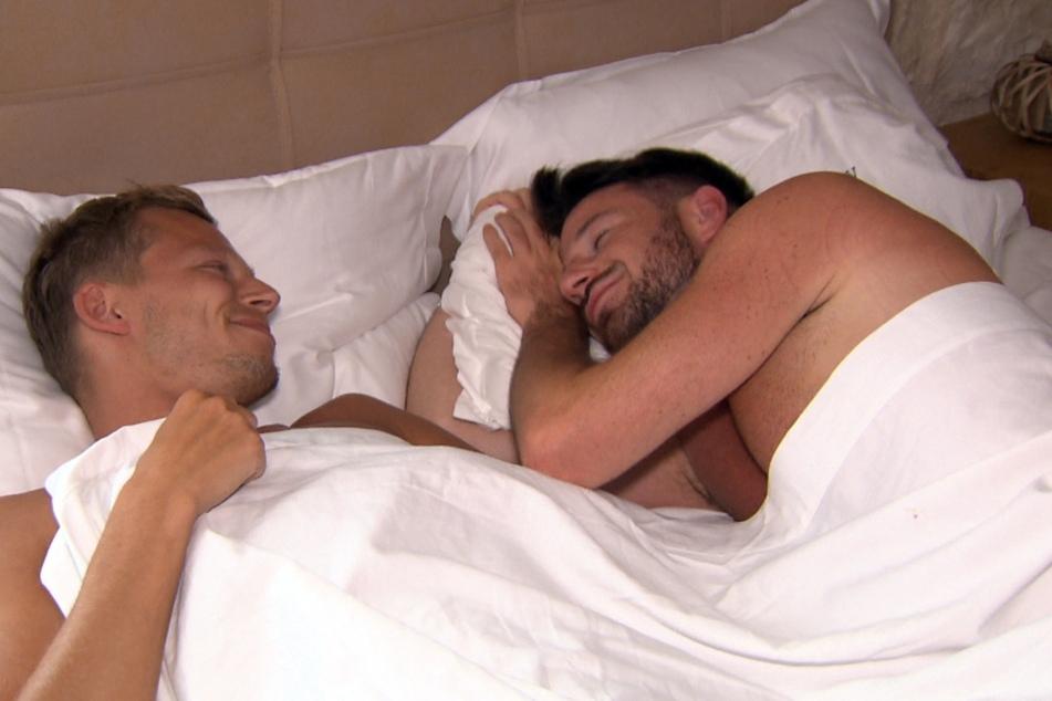 """""""Prince Charmin"""" Alex (30, r.) und Joachim (29) verbringen das erste Übernachtungsdate zusammen."""