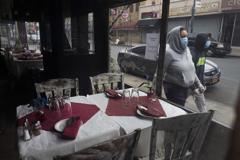 Die Tische werden im geschlossenen Restaurant San Gennaro im New Yorker Stadtteil Bronx während der Coronavirus-Pandemie gedeckt.