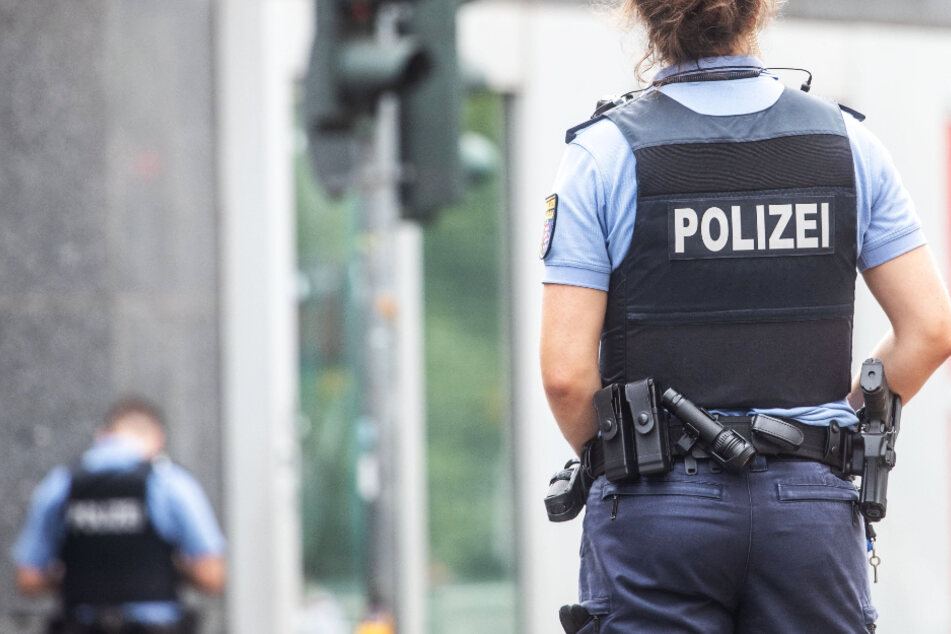Eine Polizistin steht in der Düsseldorfer Straße nahe des Frankfurter Hauptbahnhofs vor einer Bank-Filiale, in der es zu einem Raubüberfall kam.