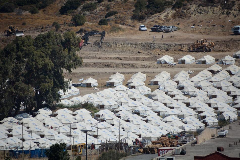 Im provisorischen Zeltlager Kara Tepe wenige Kilometer nördlich der Ortschaft Mytilini stehen neu aufgebaute Zelte für die Umsiedlung von Migranten und Flüchtlingen nach dem Brand im Flüchtlingslager in Moria.