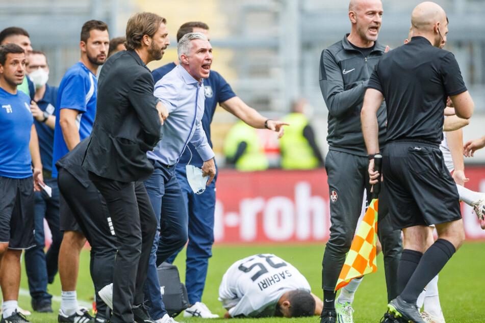 Mannheims sportlicher Leiter Jochen Kientz (48, Mitte im hellblauen Hemd) eskaliert nach dem Foul von Lauterns Redondo völlig.