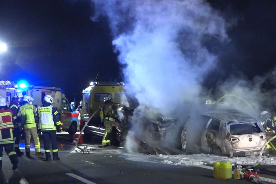 Wagen kracht in Pannenfahrzeug: Autos in Flammen, vier Personen schwer verletzt!