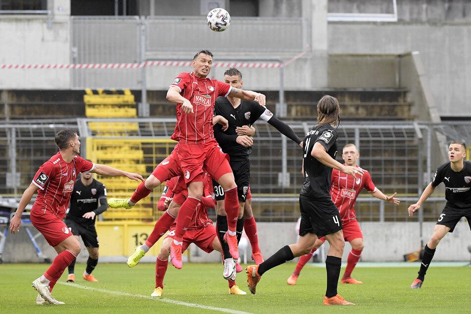 Kopfballstark und torgefährlich: Petar Sliskovic (M.) von Türkgücü München.