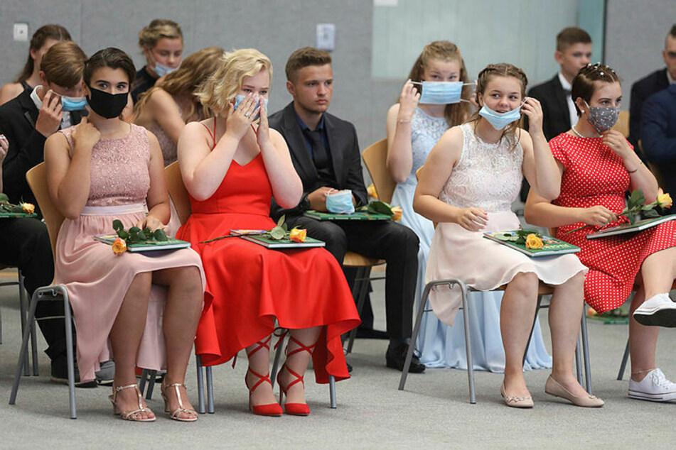 Jugendweihe mit Maske - wie hier in Mecklenburg - wird es in Sachsen nicht geben. Nur beim Betreten und Verlassen der Feierhäuser muss der Mundschutz getragen werden.