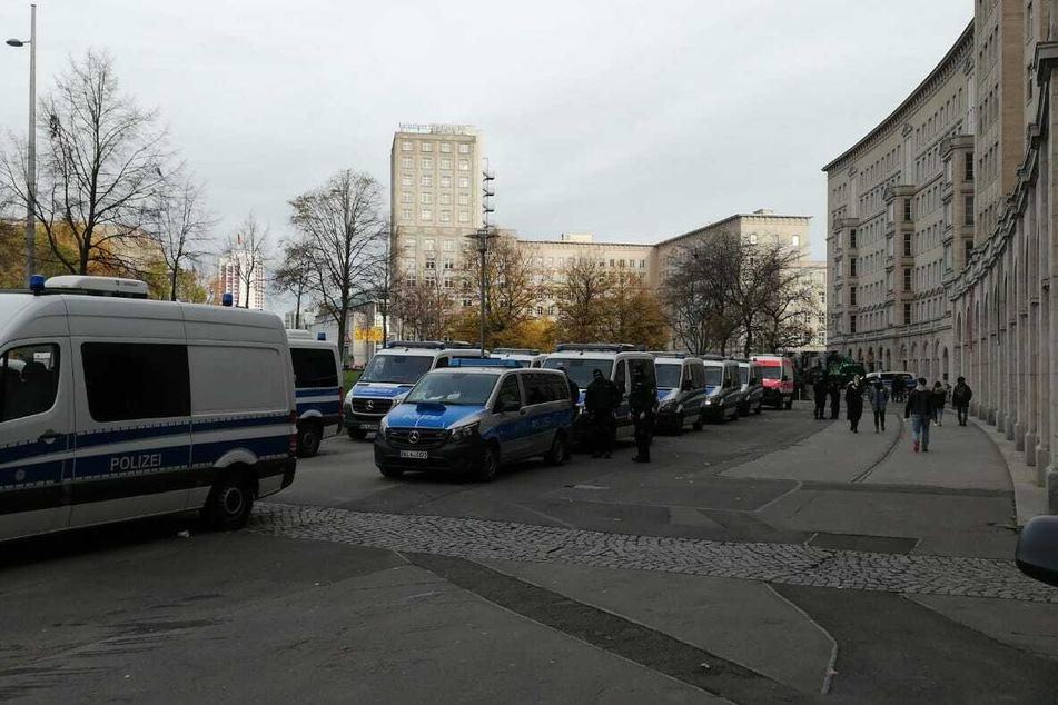 Die Polizei ist mit zahlreichen Einsatzwagen vor Ort.