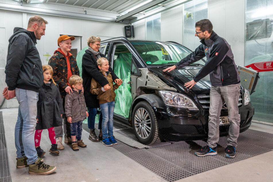 Werkstatt-Besuch: Benjamin Liebert (30, r.) zeigt Sophie Gerber (33), ihrem Mann Martin Gerber (37) und ihren vier Kindern die Arbeiten.