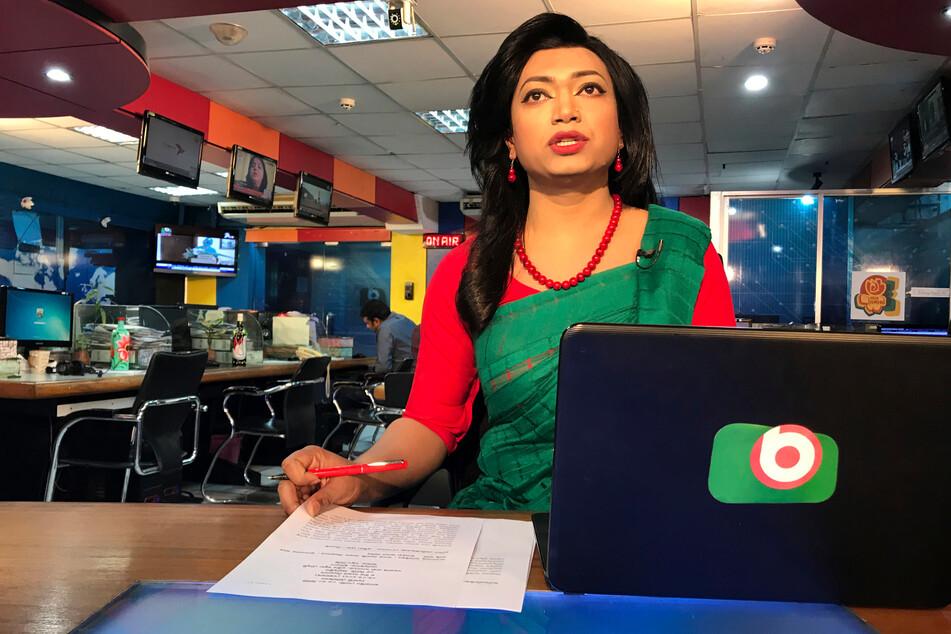 Bangladeschs erste Transgender-Nachrichtenmoderatorin Tashnuva Anan Shishir (29) liest Nachrichten.