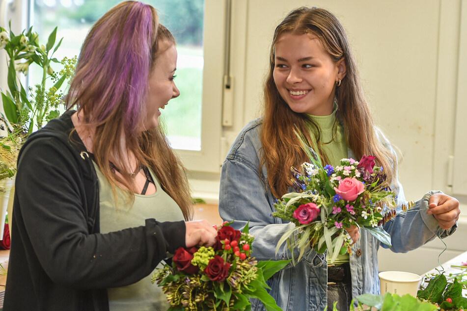 Jacqueline Reichel (17, links) und Angelina Gesell (17) binden im Schulzentrum Altroßthal die kleinen Sträuße.