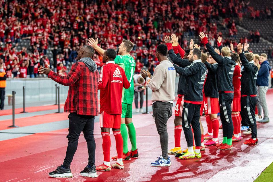 Nach dem geglückten Einzug in die Gruppenphase der UEFA Conference League feiern die Spieler von Union Berlin mit ihren Fans im Berliner Olympiastadion.