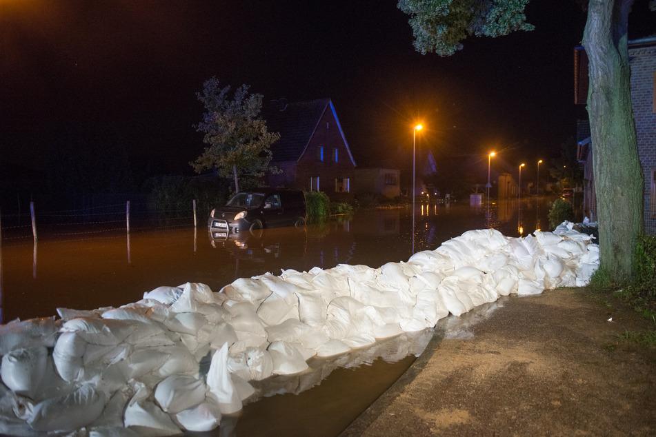 Nach dem Bruch eines Damms der Rur ist in der Nacht die Ortschaft Ophoven im Kreis Heinsberg evakuiert worden. Betroffen waren rund 700 Anwohner.