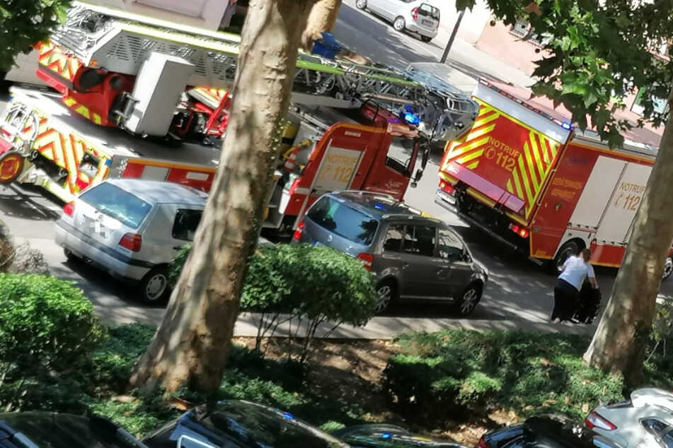 Das Foto zeigt Einsatzfahrzeuge der Feuerwehr am Dienstag in Worms.