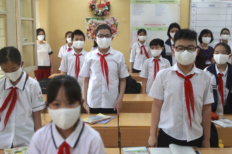 In der Sekundarschule Dinh Cong kehrt der Unterrichtsalltag zurück, nachdem die Schule während der Pandemie für drei Monate geschlossen war. In der vietnamesischen Hauptstadt Hanoi sollen Zehntausende Menschen auf das Coronavirus getestet worden.