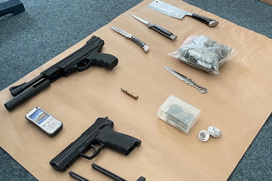 Die Ermittler stellten eine erhebliche Menge verschiedenster Waffen sicher und fanden darüber hinaus Marihuana.