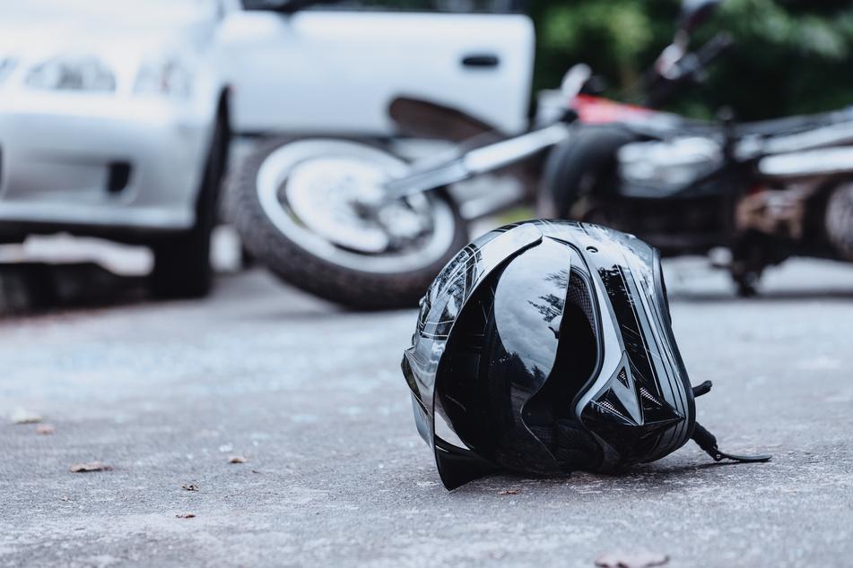 Der Biker wurde bei dem Unfall schwer verletzt. (Symbolbild)