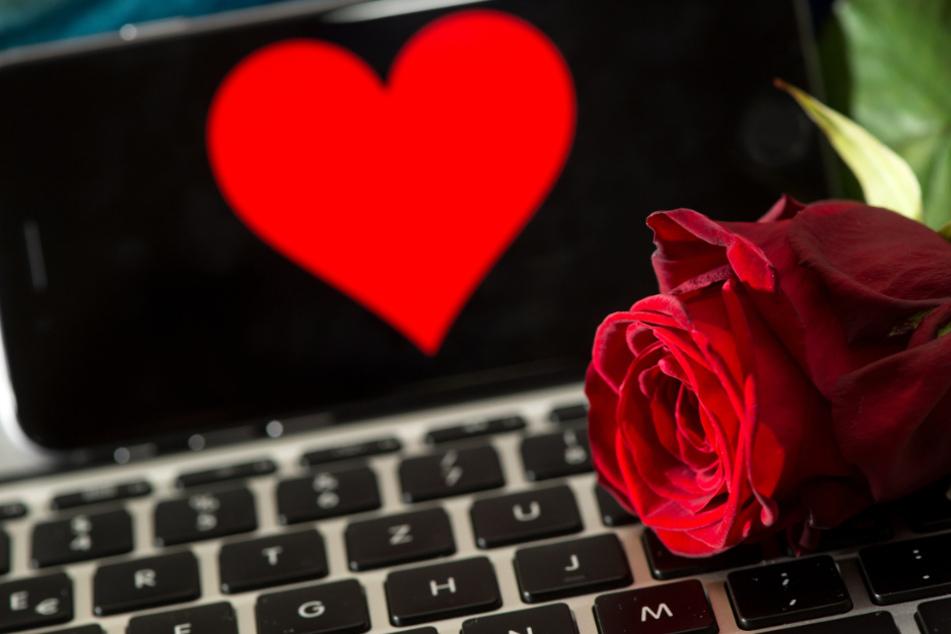 Viele Frauen suchen im Netz nach der großen Liebe, doch nicht alle werden fündig (Symbolbild).