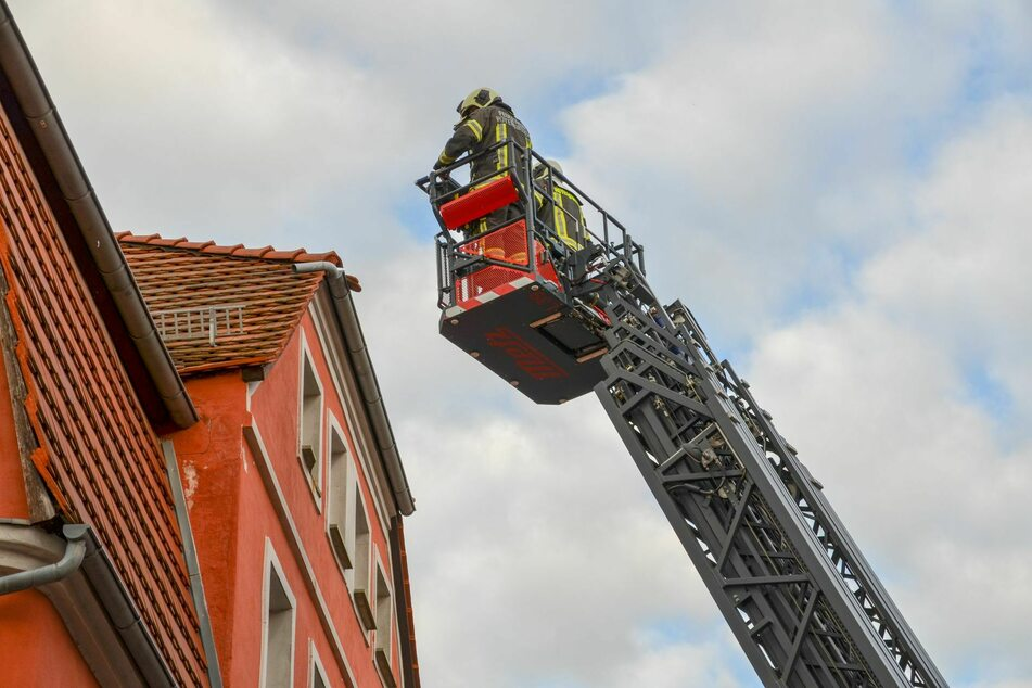 An einem angrenzenden Wohnhaus wurden gleich noch lose Dachziegel beseitigt.