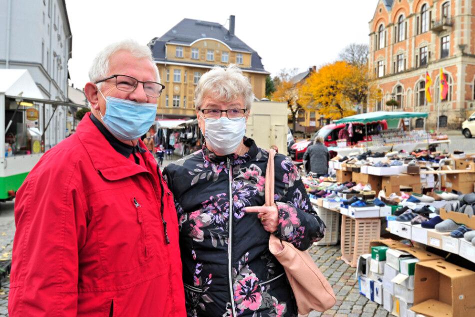 Ilona (76) und Egon Stölzel (78) sind auch auf dem Wochenmarkt in Stollberg doppelt vorsichtig. Sie reduzieren Kontakte und Freizeit.