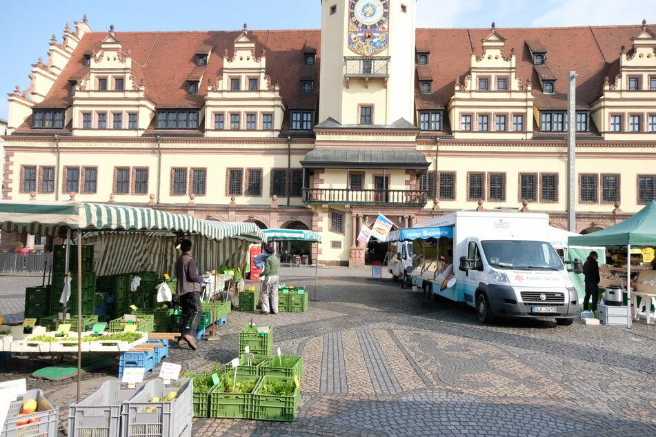 Besucher des Wochenmarkts müssen einen Abstand von zwei Metern einhalten.
