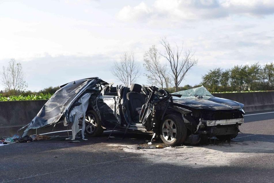 Das Auto überschlug sich und kam auf der A61 zum Stillstand.