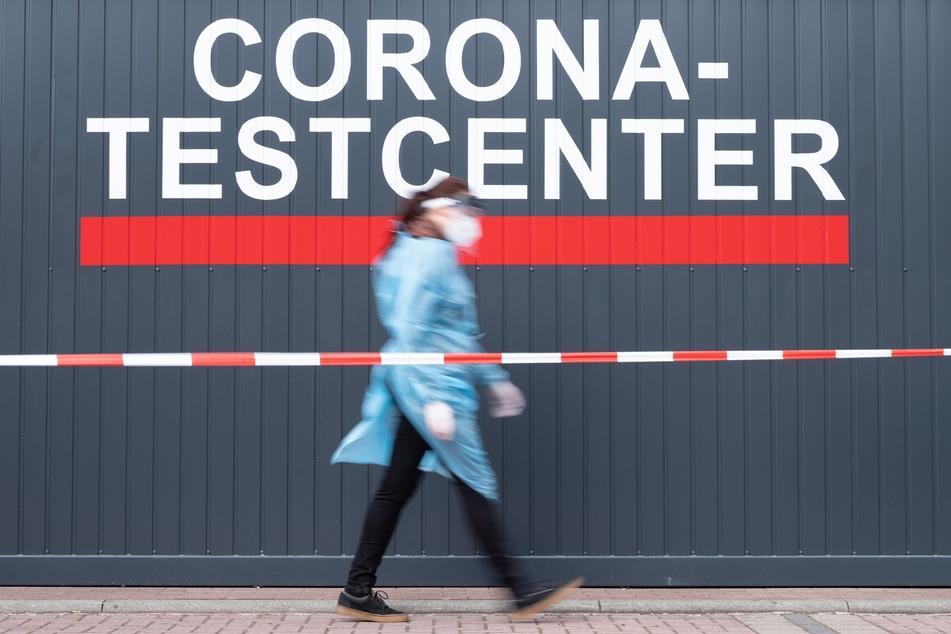 Sachsen, Dresden: Louise Walewski, Mitarbeiterin hectas Sicherheitsdienste GmbH, geht vor einem Corona-Testcenter entlang.
