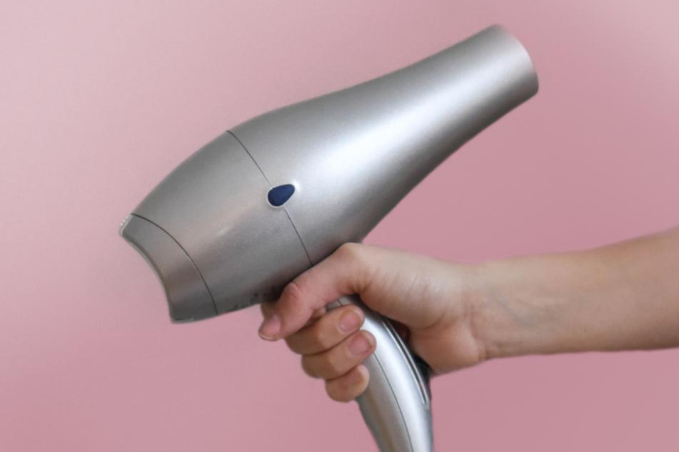 Mit einem Föhn lassen sich vor allem wasserunlösliche Aufkleber entfernen.