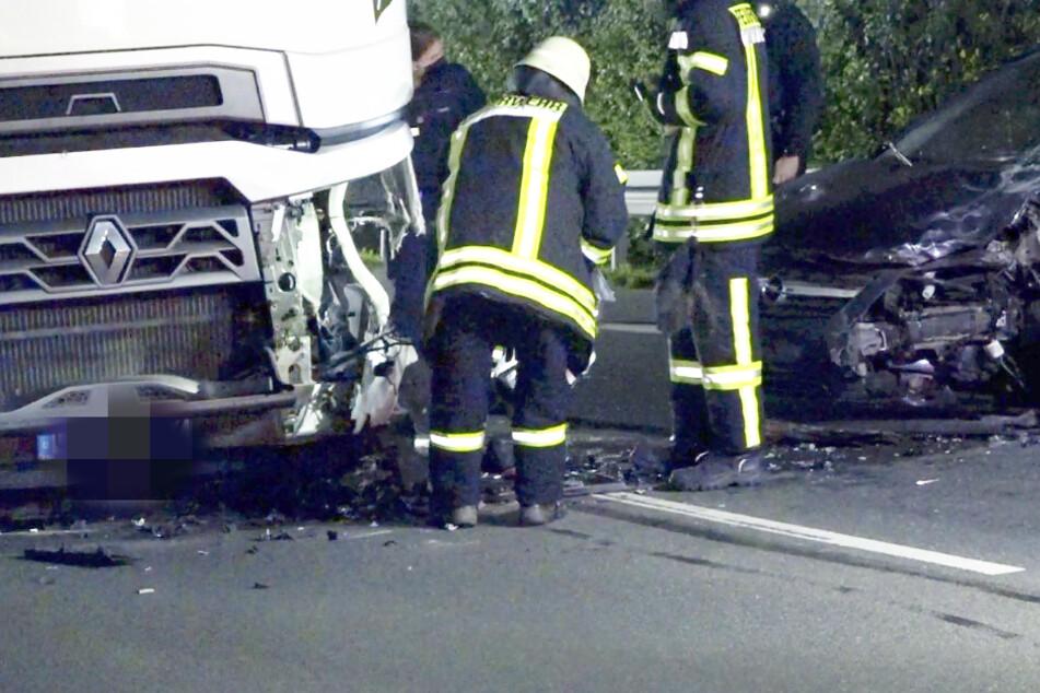 Heftiger Unfall: Opel kracht auf Landstraße frontal in Lkw, die Ursache ist zum Haare raufen