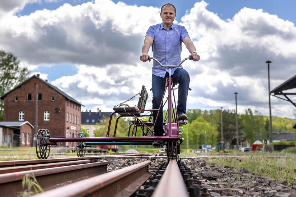 """Robin Helmert (39) von den """"Eisenbahnfreunden Chemnitztal"""" hofft auf eine baldige Öffnung. Sonntags soll dann auch wieder der Museumszug rollen."""