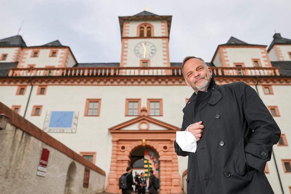 Dirk Neubauer (50, SPD), Bürgermeister der Kleinstadt, steht vor dem Schloss Augustsburg.