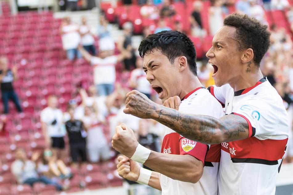 Stuttgarts Wataru Endo jubelt nach seinem Tor zum 1:0 mit Stuttgarts Roberto Massimo (r). Neben ihm gehen sechs weitere Profis auf Länderspielreise.