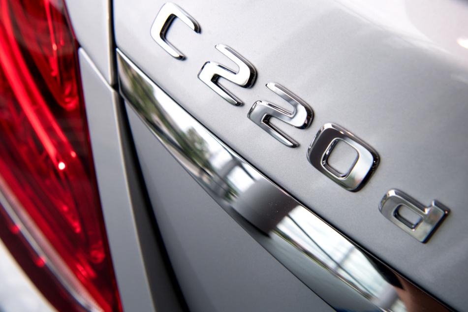 Ein Mercedes C 220 Diesel steht in einem Autohaus. Der BGH verkündet sein erstes Urteil wegen des sogenannten Thermofensters bei Dieseln des Stuttgarter Autoherstellers. (Symbolbild)