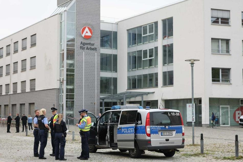 Die Polizei prüfte das Paket auf Sprengstoff - dieses entpuppte sich aber als Fehlalarm.