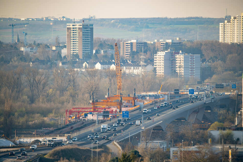 Der Berufsverkehr fließt am Morgen über die Schiersteiner Brücke von der hessischen Landeshauptstadt aus in Richtung Rheinland-Pfalz (Symbolbild)^.