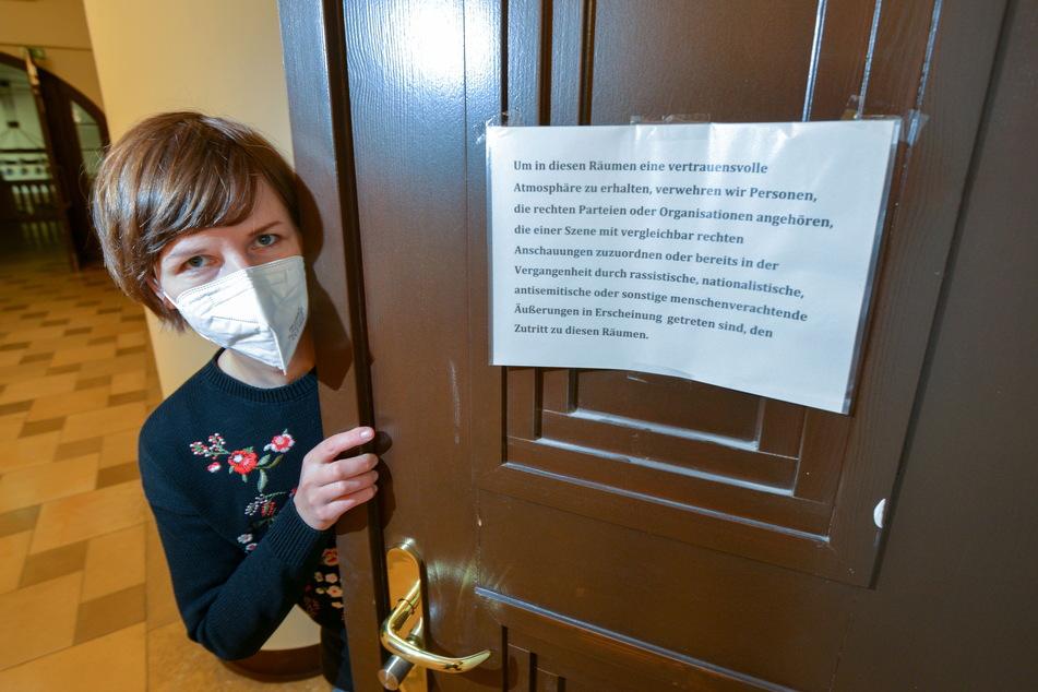 Grünen-Geschäftsführerin Susann Mäder (36) hat eine Etikette für Besucher an die Tür ihres Rathausbüros gehängt.