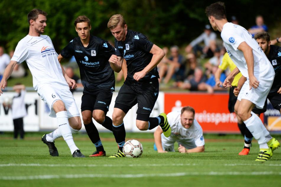 Christoph Daferner (3.v.l.) wurde von 2014 bis 2017 beim TSV 1860 ausgebildet. Hier ist er an der Seite von Florian Neuhaus (2.v.l.) in einem Regionalliga-Spiel der Löwen-U23 in Garching zu sehen.