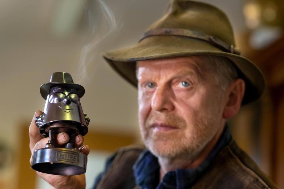 """Weihrichkarzl-Chef Jürgen Huß (61) lässt sein """"Stubm Karzl"""" räuchern. Ab heute gibt es das putzige Raacher-Metall-Mannl zu kaufen."""