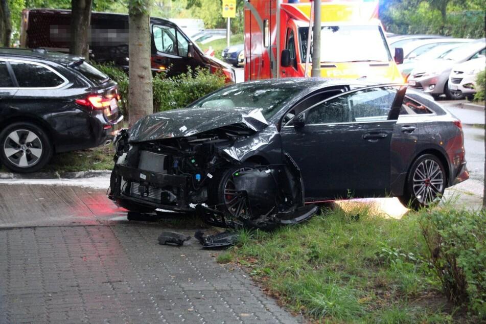 Die zerstörte Front eines KIAs lässt erahnen, wie heftig die beiden Autos zusammenstießen.