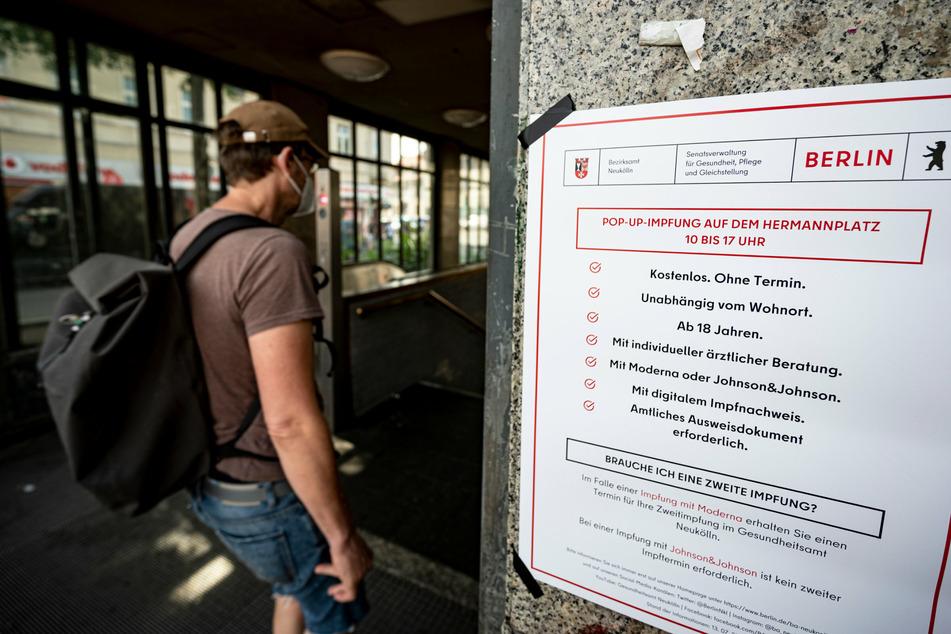 Ein Zettel weißt auf ein mobiles Impfteam auf dem Hermannplatz hin.