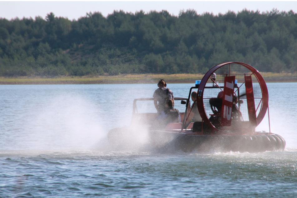 Vom Boot aus forderten die Kameraden die Camper zur Rückreise auf.