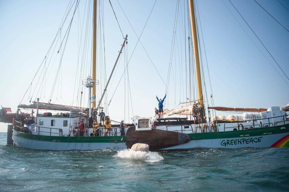 Greenpeace-Aktivisten versenken im Sommer 2020 einen Felsbrocken in der Ostsee. Die Aktion könnte die Umweltorganisation noch teuer zu stehen kommen.