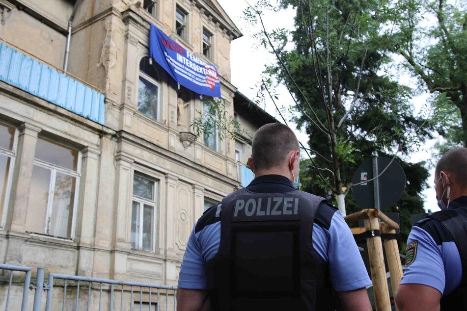 Die Polizei vor dem besetzten Haus auf der Jägerstraße.